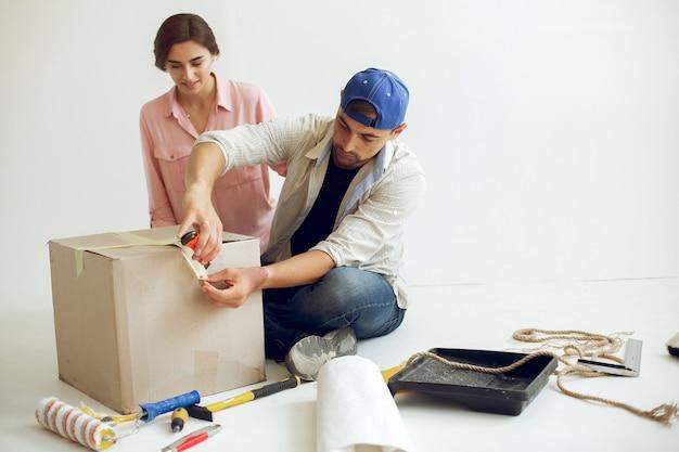 Młoda i urocza rodzina naprawia pokój Darmowe Zdjęcia