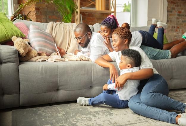 Młoda I Wesoła Rodzina Podczas Kwarantanny, Ocieplenie Spędzające Razem Czas W Domu. Darmowe Zdjęcia