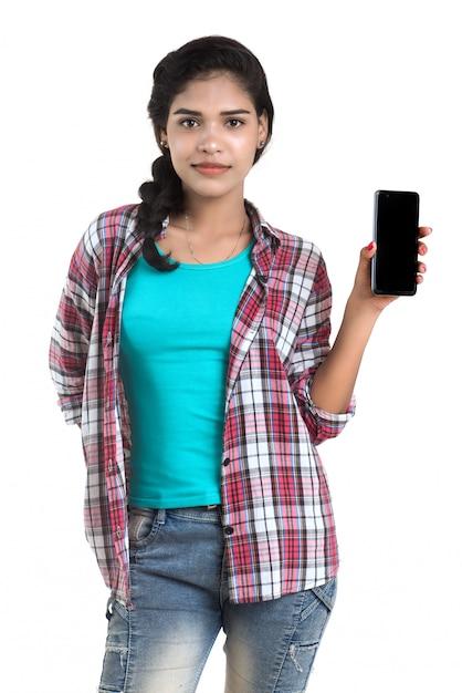 Młoda Indiańska Dziewczyna Używa Telefon Komórkowego Lub Smartphone Odizolowywających Na Białej Przestrzeni Premium Zdjęcia