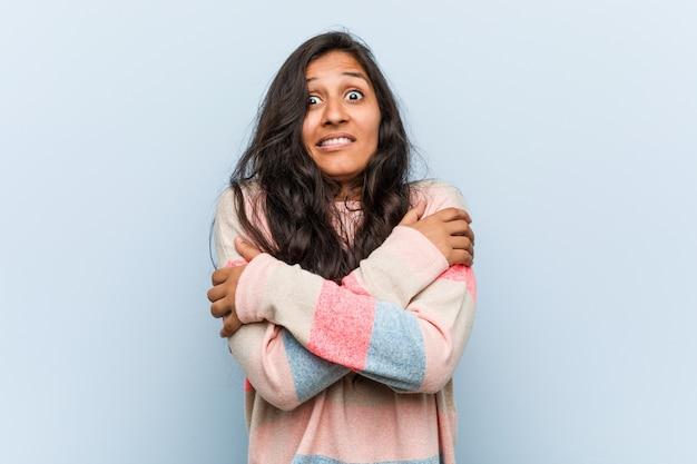 Młoda Indyjska Kobieta Ma Zimno Z Powodu Niskiej Temperatury Lub Choroby. Premium Zdjęcia