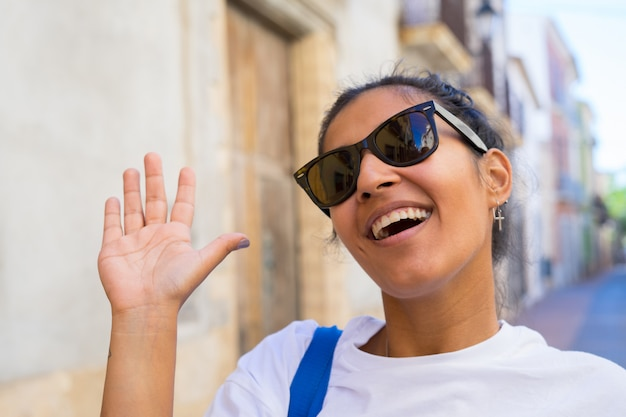 Młoda Indyjska Kobieta Robi Niespodzianka Gestowi Premium Zdjęcia
