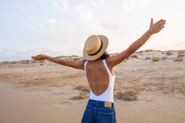 Młoda Indyjska Kobieta Z Powrotem Na Plażę Premium Zdjęcia