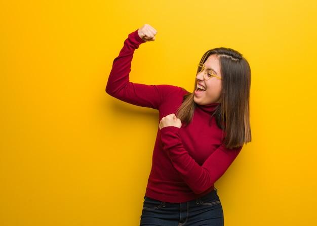 Młoda intelektualna kobieta, która się nie poddaje Premium Zdjęcia