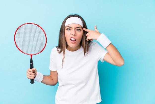 Młoda Kaukaska Kobieta Bawić Się Badminton Odizolowywającego Pokazywać Rozczarowanie Gest Z Palcem Wskazującym. Premium Zdjęcia