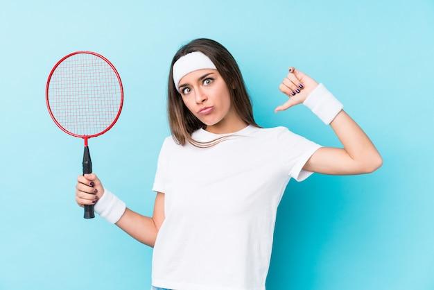 Młoda Kaukaska Kobieta Grająca W Badmintona Na Białym Tle Czuje Się Dumna I Pewna Siebie. Premium Zdjęcia