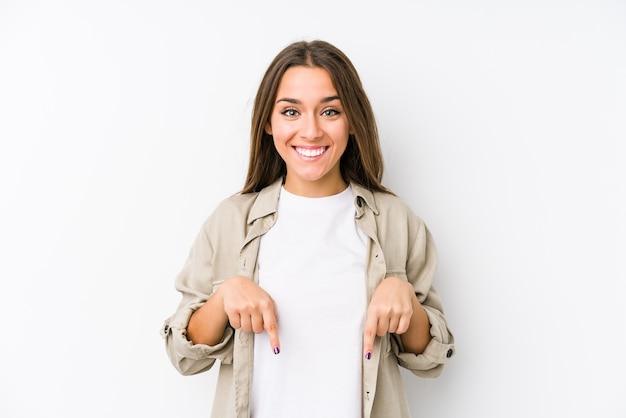 Młoda Kaukaski Kobieta Na Białym Tle Wskazuje Palcami W Dół, Pozytywne Uczucie. Premium Zdjęcia