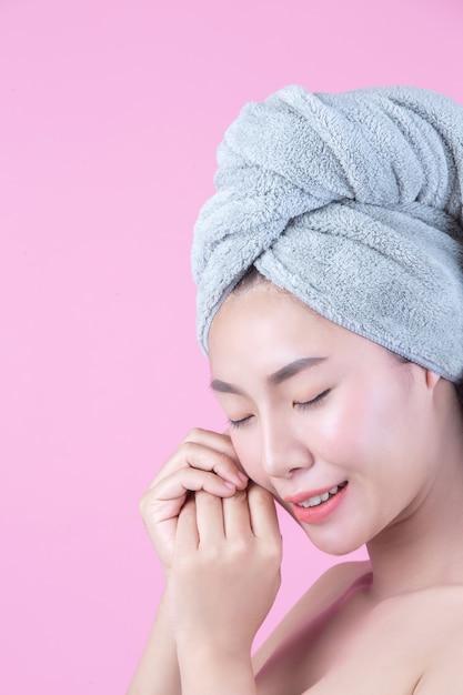 Młoda Kobieta Asia Z Czystą świeżą Skórą Dotyka Własną Twarz Darmowe Zdjęcia