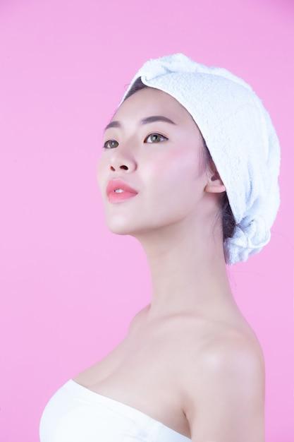 Młoda Kobieta Asia Z Czystym świeżym Skóra Dotyka Swój Twarz, Ekspresyjni Wyrazy Twarzy, Kosmetologia I Zdrój. Darmowe Zdjęcia