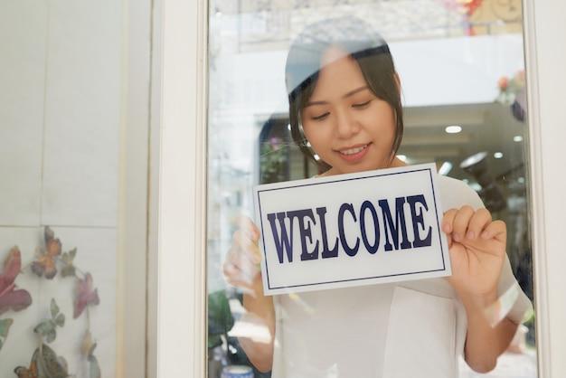 Młoda Kobieta Azjatyckich Otwarcie Sklepu Rano Darmowe Zdjęcia