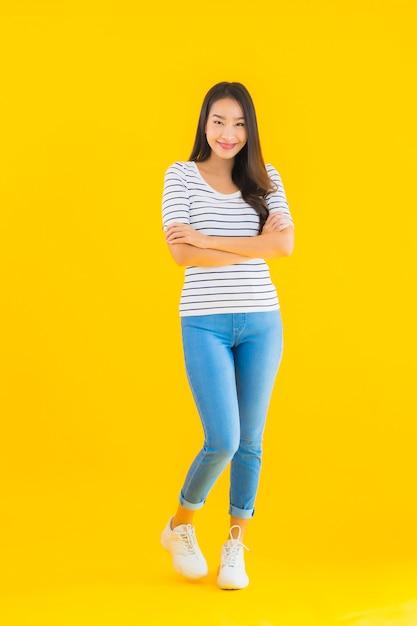 Młoda Kobieta Azjatyckich Uśmiech Zadowolony Z Działania Darmowe Zdjęcia