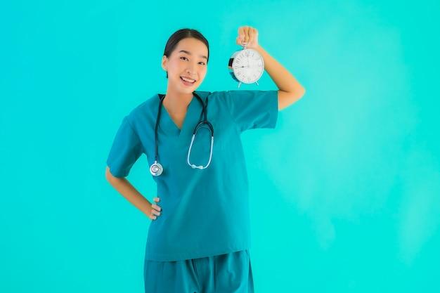 Młoda Kobieta Azji Lekarz Pokazuje Zegar Darmowe Zdjęcia