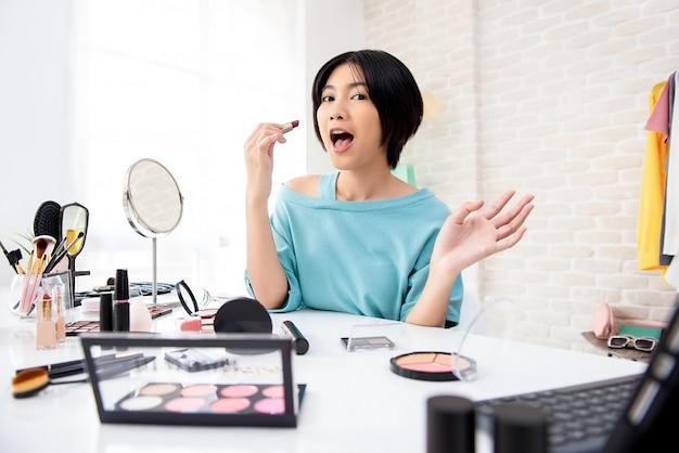 Młoda kobieta azji piękno vlogger robi samouczek makijaż nadawanie online Premium Zdjęcia
