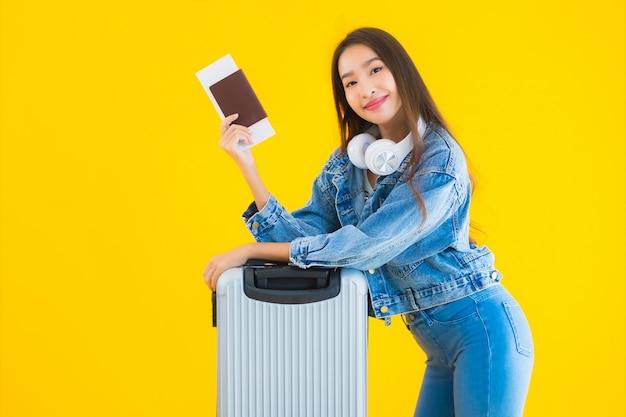 Młoda Kobieta Azji Z Torby Bagażu I Paszport Darmowe Zdjęcia