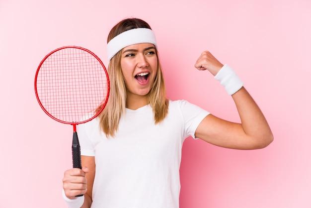 Młoda Kobieta Bawić Się Badminton Odizolowywał Dźwiganie Pięść Po Zwycięstwa, Zwycięzcy Pojęcie. Premium Zdjęcia
