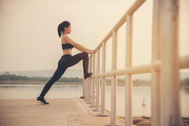 Młoda kobieta biegacz rozgrzewka Darmowe Zdjęcia
