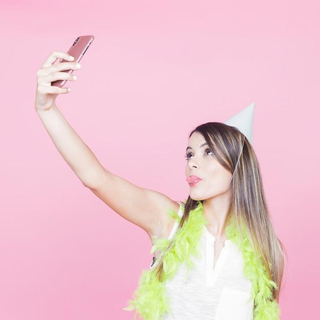 Młoda Kobieta Bierze Selfie Z Smartphone Darmowe Zdjęcia