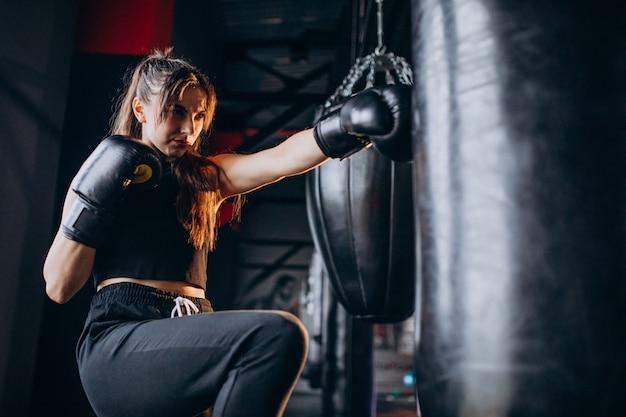 Młoda kobieta bokser trening na siłowni Darmowe Zdjęcia