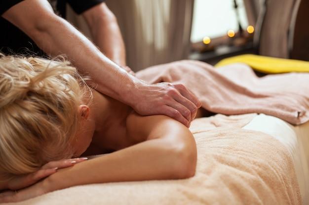 Młoda Kobieta Cieszy Się Masaż W Spa Darmowe Zdjęcia