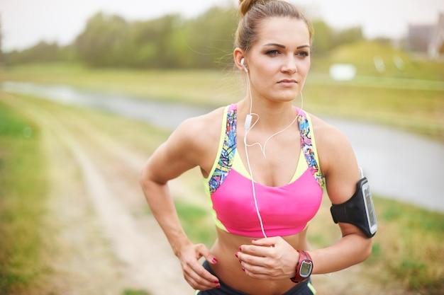 Młoda Kobieta ćwiczeń Na Zewnątrz. Zła Pogoda Nie Jest Dla Mnie Problemem Darmowe Zdjęcia