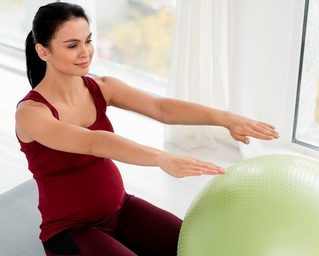 Młoda Kobieta ćwiczenia Z Piłką Fitness Będąc W Ciąży Darmowe Zdjęcia