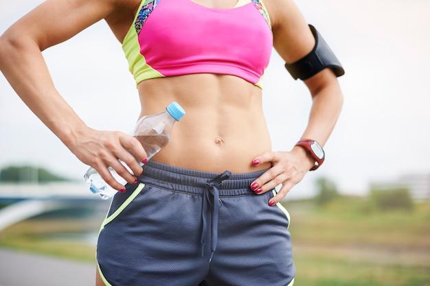 Młoda Kobieta ćwiczy Na świeżym Powietrzu. Aby Mieć Takie Mięśnie, Trzeba Dużo ćwiczyć Darmowe Zdjęcia