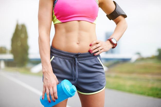 Młoda Kobieta ćwiczy Na świeżym Powietrzu. Jogging Pomaga W Budowaniu Mięśni Darmowe Zdjęcia