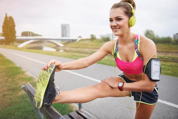 Młoda Kobieta ćwiczy Na świeżym Powietrzu. Najpierw Rozgrzewka, Potem Ciężki Trening Darmowe Zdjęcia