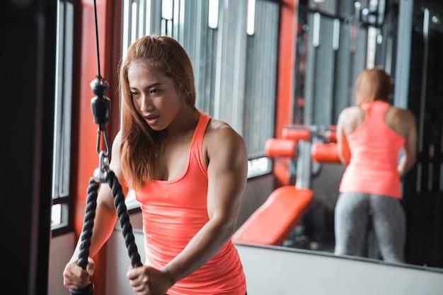 Młoda Kobieta ćwiczy Triceps Pushdown Premium Zdjęcia