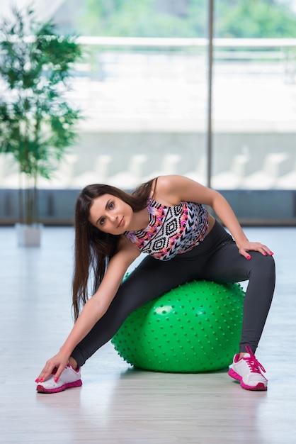 Młoda Kobieta ćwiczy Z Szwajcarską Piłką W Zdrowia Pojęciu Premium Zdjęcia