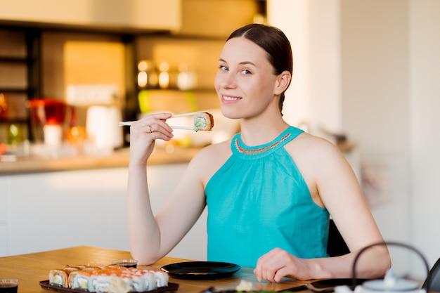Młoda Kobieta Delektuje Się Jej Sushi Darmowe Zdjęcia