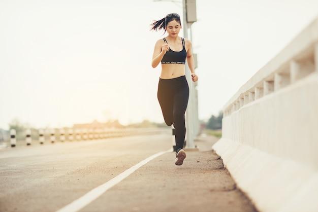 Młoda kobieta fitness biegacz Darmowe Zdjęcia