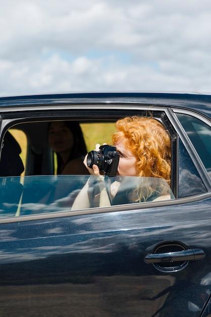 Młoda Kobieta Fotografowanie W Aparacie Darmowe Zdjęcia