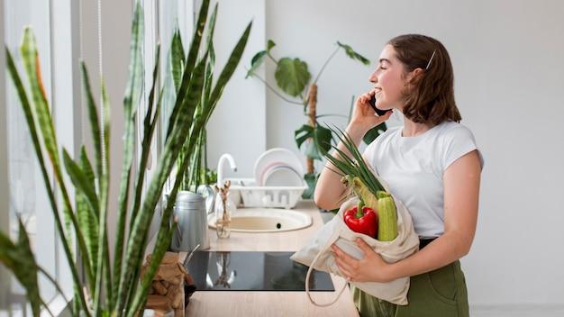 Młoda Kobieta Gospodarstwa Ekologicznych Warzyw Darmowe Zdjęcia