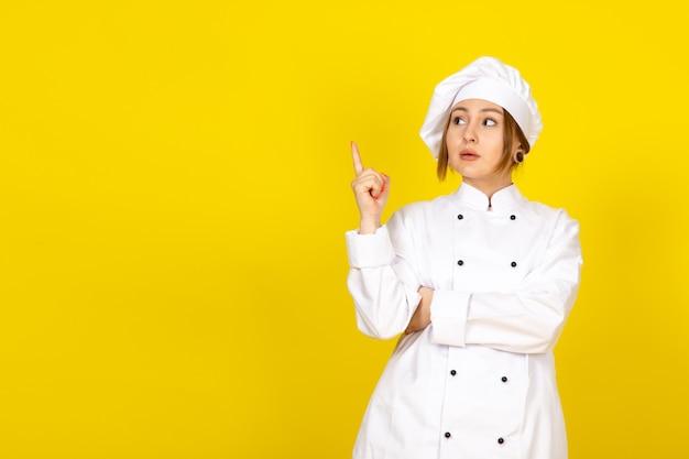 Młoda Kobieta Gotowania W Białym Garniturze I Białej Czapce Pozowanie Myślenia Darmowe Zdjęcia