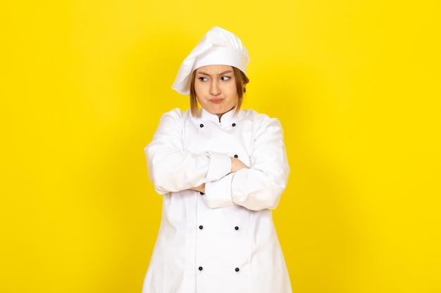 Młoda Kobieta Gotująca W Białym Garniturze Kucharza I Białej Czapce Szalony Niezadowolony Wyraz Darmowe Zdjęcia
