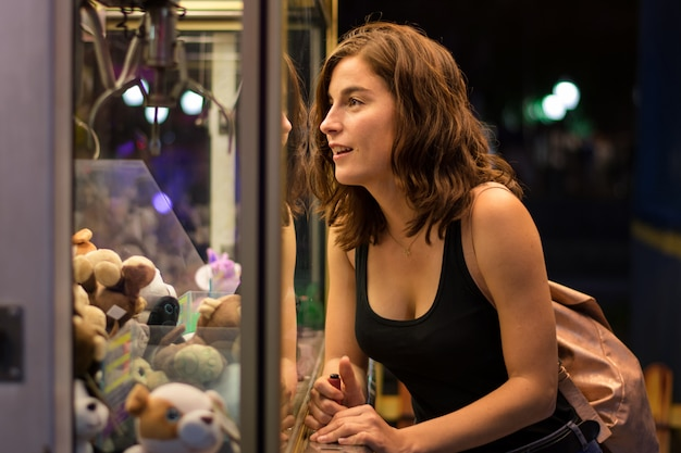 Młoda kobieta gra w uczciwej grze Premium Zdjęcia