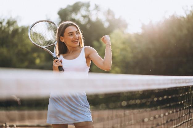 Młoda Kobieta, Grać W Tenisa W Sądzie Darmowe Zdjęcia