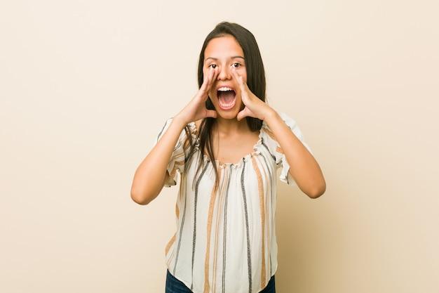 Młoda kobieta hiszpanin krzyczy podekscytowany do przodu. Premium Zdjęcia