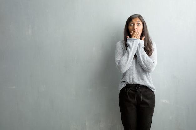 Młoda Kobieta Indyjska Przeciwko Grunge ściany Obejmujące Usta, Symbol Ciszy I Represji, Starając Się Nie Powiedzieć Nic Premium Zdjęcia
