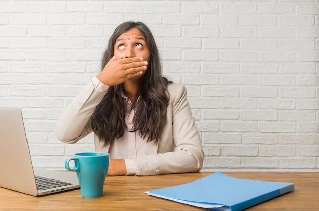 Młoda Kobieta Indyjska W Biurze Obejmujące Usta, Symbol Ciszy I Represji, Starając Się Nic Nie Mówić Premium Zdjęcia