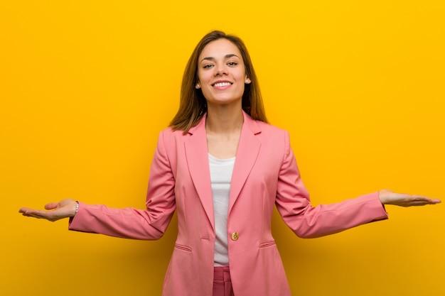 Młoda Kobieta Interesu Moda Pokazując Mile Widziane Wyrażenie. Premium Zdjęcia