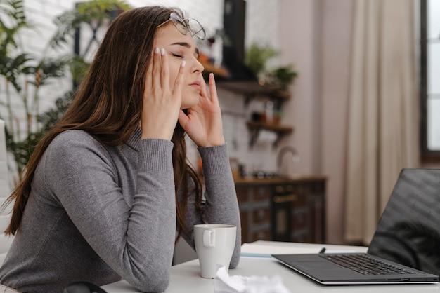 Młoda Kobieta Jest Smutna Podczas Pracy W Domu Premium Zdjęcia