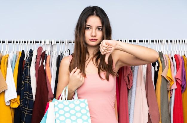 Młoda Kobieta Kaukaski Kupuje Ubrania W Sklepie Premium Zdjęcia