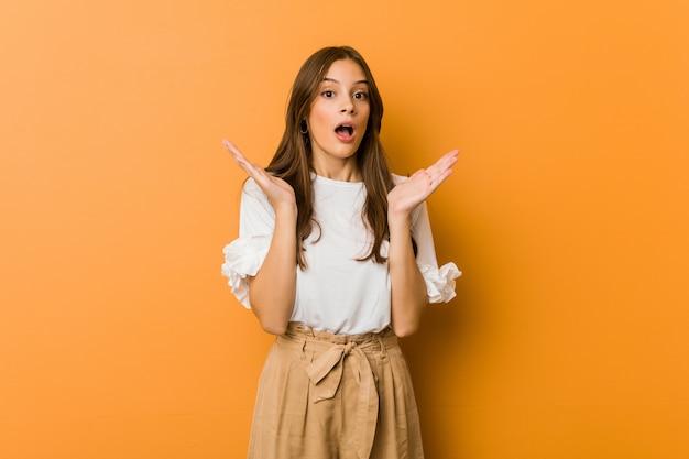 Młoda Kobieta Kaukaski Zaskoczony I Zszokowany. Premium Zdjęcia