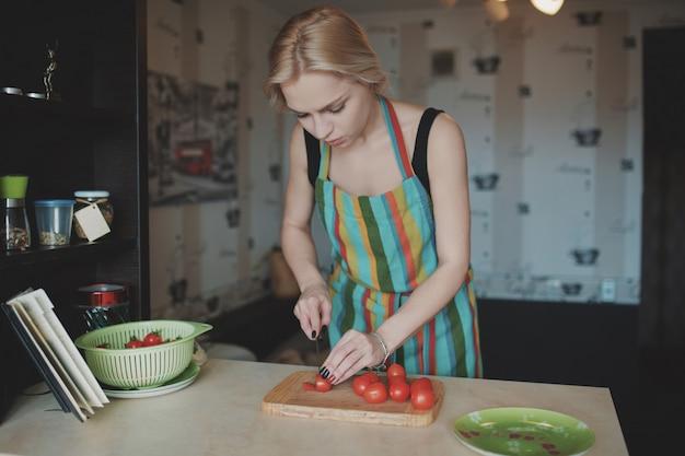 Młoda Kobieta Krojenie Pomidorów Darmowe Zdjęcia