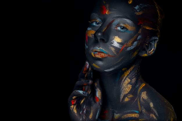Młoda Kobieta, Która Pozuje Pokryta Czarną Farbą Darmowe Zdjęcia