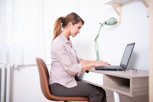 Młoda Kobieta Kupuje Rzeczy W Internecie Premium Zdjęcia