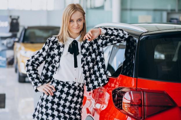 Młoda Kobieta Kupuje Samochód W Samochodowej Sala Wystawowej Darmowe Zdjęcia