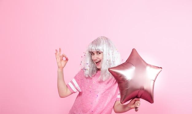 Młoda Kobieta Lub Dziewczyna Z Balonami I Pokazuje Dwa Palce. Koncepcja Imprezy. Darmowe Zdjęcia