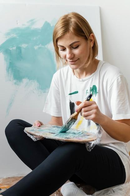 Młoda Kobieta Maluje Akryle Na Płótnie Darmowe Zdjęcia